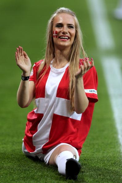 Датчанка в шпагате перед матчем своей сборной против Германии, 17 июня во Львове. Фото: Joern Pollex/Getty Images