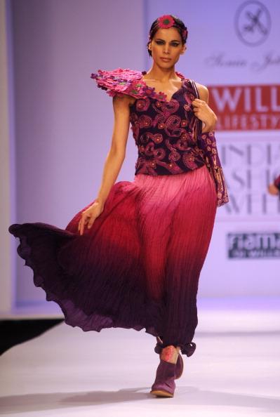 Показ коллекции от Соня Джетли (Sonia Jetleey) на Недели моды в Индии. Фото: RAVEENDRAN/AFP/Getty Images