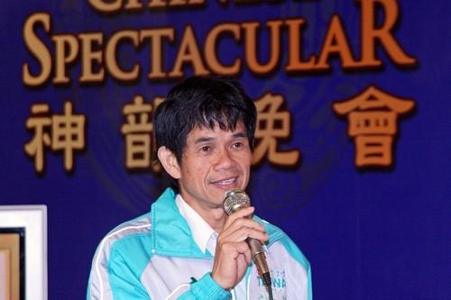 Член муниципалитета Ли Вэньчжэнь произносит речь на торжественном приёме труппы Шень Юнь. Фото с minghui.org