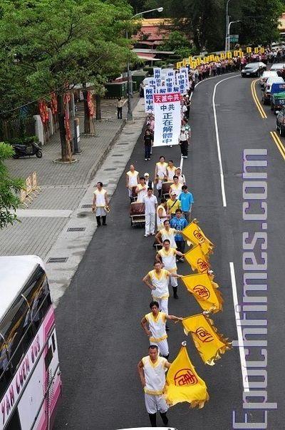 Надпись на плакате: «Небо уничтожит КПК. КПК находится на грани разложения». Город Тайчжун. 16 ноября. Фото: Тан Бин/ The Epoch Times