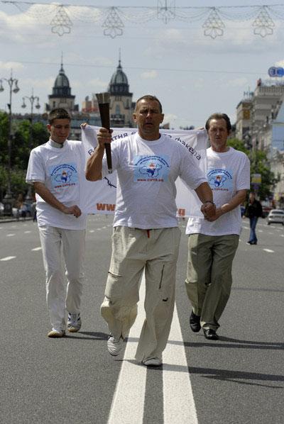 Символический пробег с факелом в защиту прав человека по Хрещатику во время проведения акции в поддержку Всемирной эстафеты факела в защиту прав человека в Киеве 31 мая 2008 года. Фото: The Epoch Times