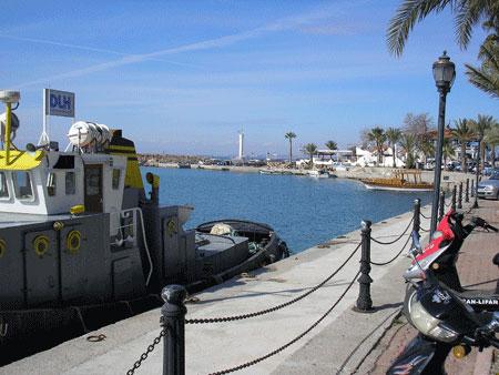 Яхта біля берега в Сіде. Фото: Олена Підсосонна