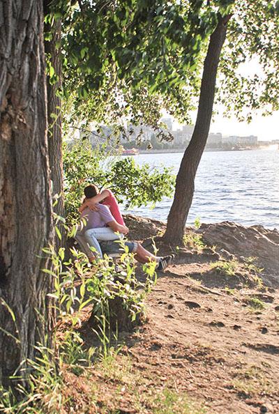 Любов і пристрасть на березі Дніпра. Фото: Олена Колодіна/The Epoch Times Україна