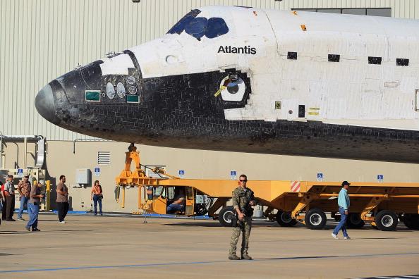 Перевозка шаттла «Атлантис» из ангара в здание вертикальной сборки. Фото: Joe Raedle/Getty Images