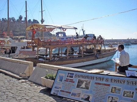 Яхти на причалі анталійського порту. Фото: Олена Підсосонна