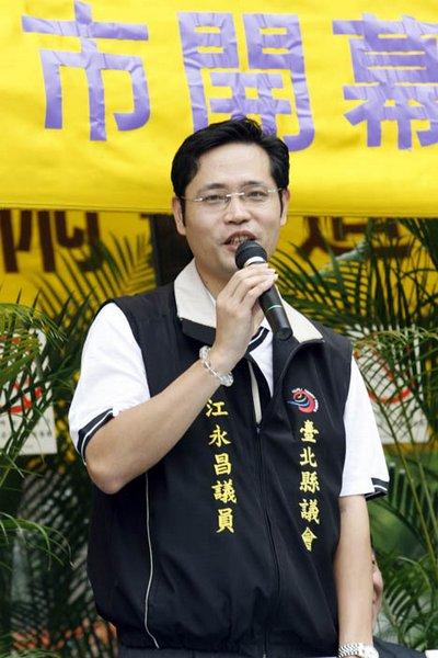 Художник Хуан Фэй выступает с речью на церемонии открытия выставки «Истина-Доброта-Терпение». 2 августа. Тайвань. Фото: The Epoch Times