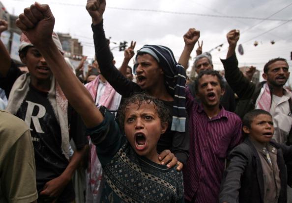 Йеменские антиправительственные демонстранты скандируют лозунги против президента Али Абдаллы Салеха в Сане, 12 июня 2011 года. Йемен призвал оппозиционные силы GCC к действию, чтобы осуществить в стране быстрый переход власти, с тем чтобы заполнить полит