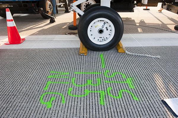 Відмітка на посадочній смузі місця, де зупинилися шасі передньої стійки (NLG — nose landing gear) шатла «Атлантіс». Фото: NASA/Kim Shiflett