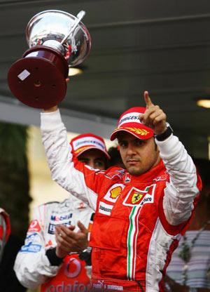 Монте-Карло, МОНАКО: Гонщик 'Феррарі' Феліппе Маса (Felipe Massa) святкує своє третє призове місце. Фото: Paul Gilham/Getty Images