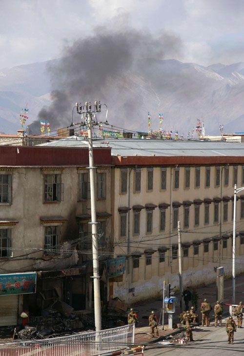 14 марта. Повсюду на улицах Лхасы расположились отряды вороженной милиции, которые находятся в полной боевой готовности. Фото: AFP