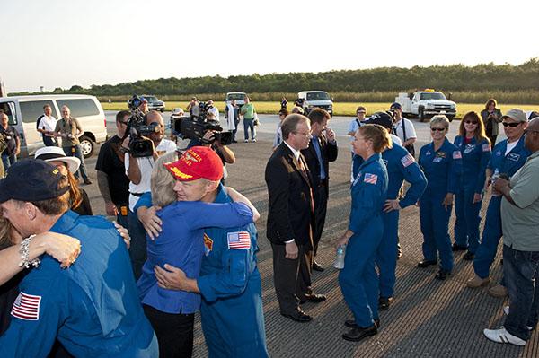 Ласкаво просимо додому! Фото: NASA/Kim Shiflett
