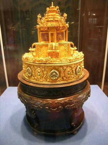 Бутыль в виде императорского головного убора, сделанная из золота. Фото с secretchina.com