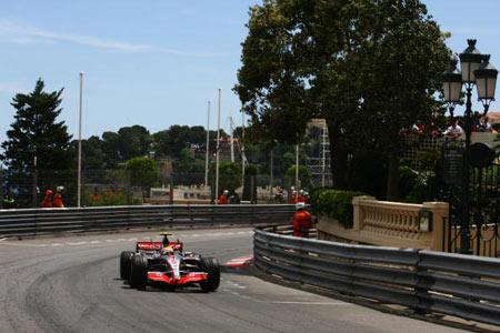 Монте-Карло, МОНАКО: Водій 'Мерседеса' Льюіс Хемілтон (Lewis Hamilton) під час гонок. Фото: Clive Mason/Getty Images