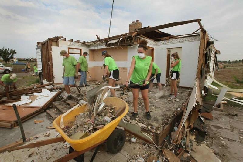 Добровольные помощники разбирают разрушенный торнадо дом. Фото: Scott Olson/Getty Images
