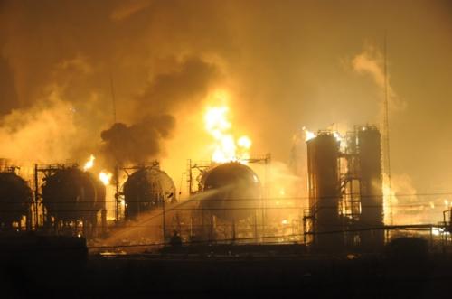 На нафтохімічному заводі національної нафтогазової компанії CNPC сталася серія вибухів. Місто Ланьчжоу провінції Ганьсу. 7 січня 2010 р. Фото з epochtimes.com