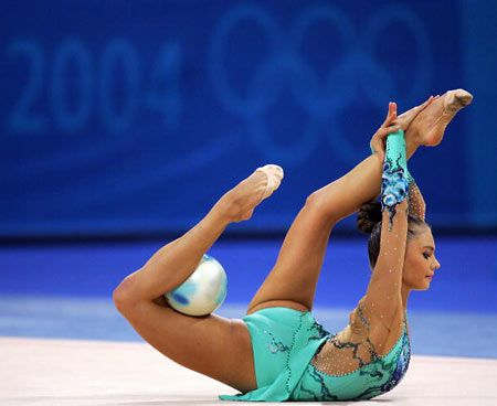 Вправи з м'ячем під час Олімпійських Ігор в Афінах (Греція) в 2004 р. Фото: ODD ANDERSEN/AFP/Getty Images
