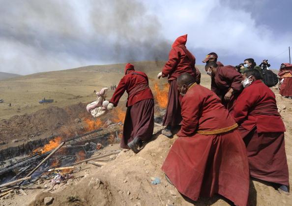 Тибетські ченці кремують жертв землетрусу в китайській провінції Цінхай. Фото: FREDERIC J. BROWN/AFP/Getty Images