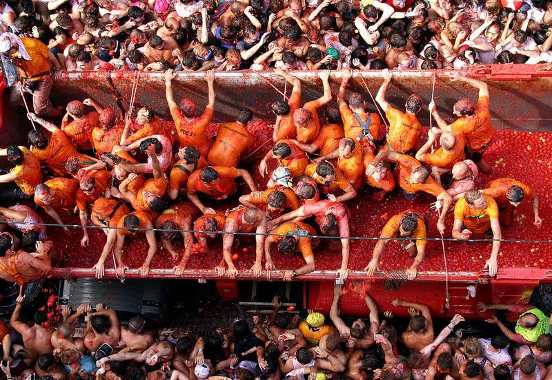 Вантажівки з помідорами. Фото: Pablo Argente/AFP/Getty Images