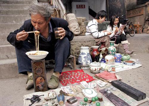 16 березня, 2007 р. Продавець м. Ченду, пров. Сичуань. Фото: Лю Цзінь/AFP/Getty Images