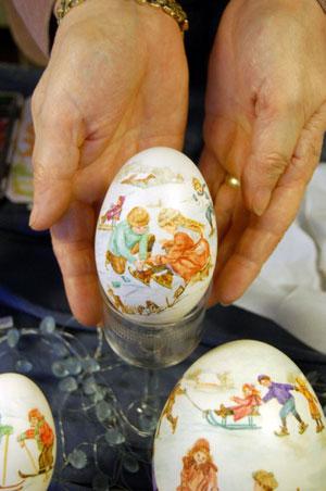 Зимняя сказка на пасхальном яйце. Аренс Миа особенно близки ностальгические мотивы. Фото: Великая Эпоха