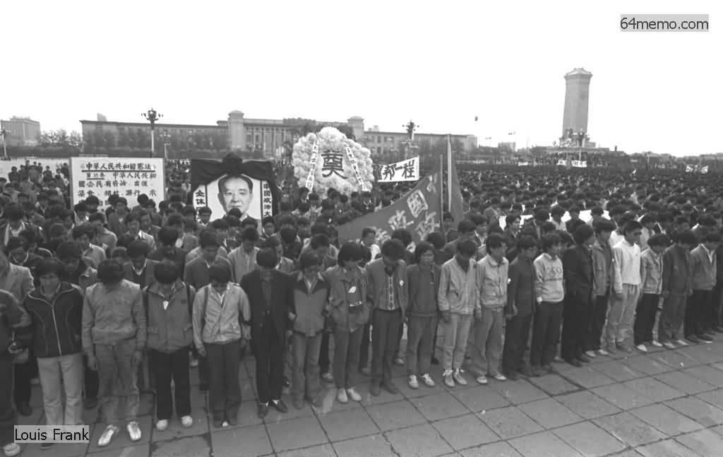 22 апреля 1989 г. Студенты пекинского университета на площади Тяньаньмэнь скорбят по умершему бывшему лидеру компартии Ху Яобану. Фото: 64memo.com