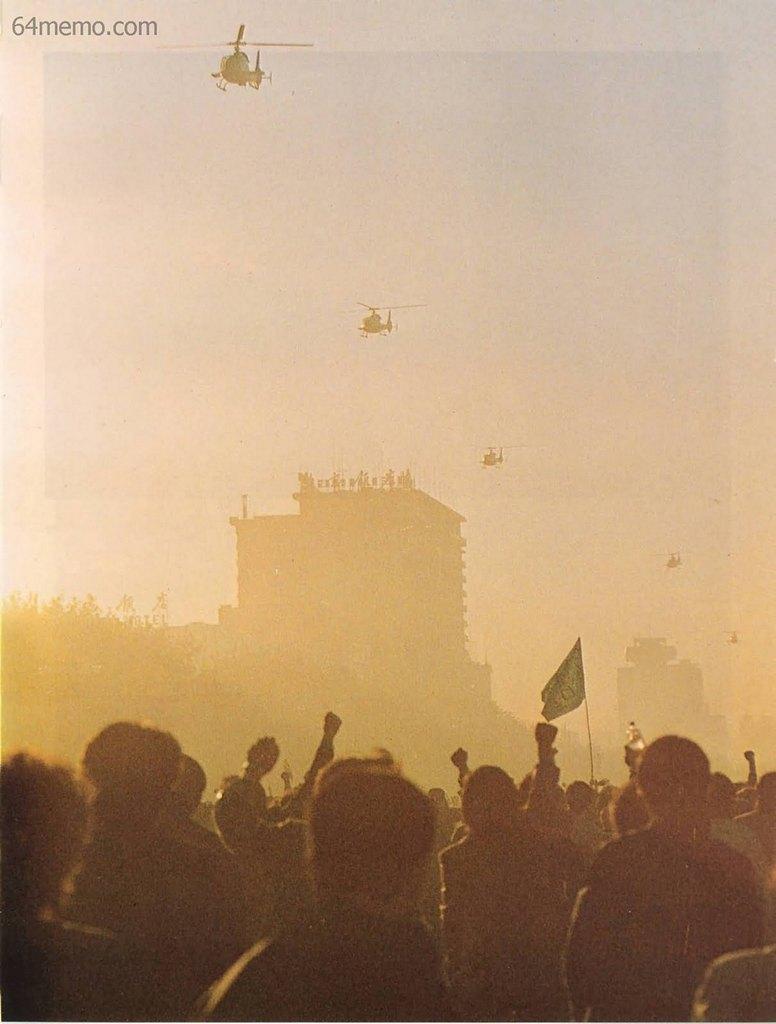 21 травня 1989 р. Студенти махають прапорами і транспарантами військовим вертольотам, що пролітають над ними. Фото: 64memo.com