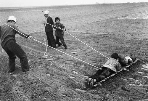 Крестьяне волочат землю. Нинся-Хуэйский автономный район. 1995 год. Фото: Yu Zhixin