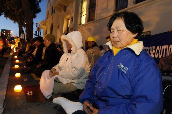 Акция, посвященная девятилетию со дня «инцидента 25 апреля» напротив китайского консульства в г.Сан-Франциско. Фото с minghui.ca