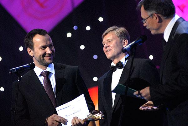 У номінації «Підприємець року» кращим став Віталій Антонов (ліворуч) - голова наглядової ради 'Концернгалнефтегаз'. Фото: Володимир Бородін/The Epoch Times