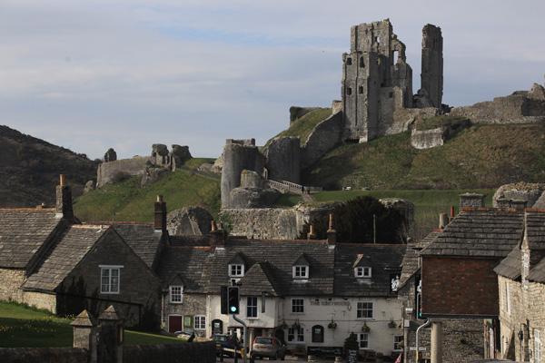 Руїни замку Корф. Фото: Matt Cardy/Getty Images