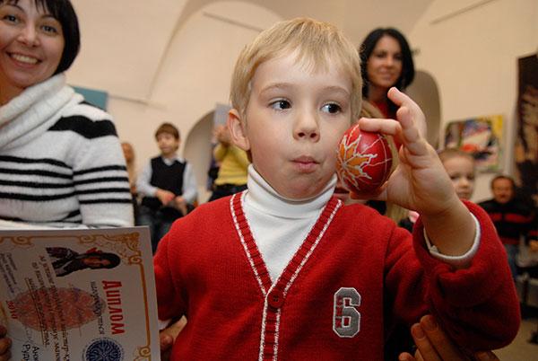 Ваня Короленко показує писанку, яку він зробив власноруч. Фото: Володимир Бородін/The Epoch Times
