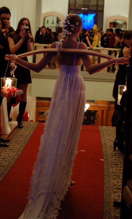 Показ платья «Стрітення» от дизайнеров Антонины Василик и Кристины Малиц.Фото: Антон Поднебесный/The Epoch Times