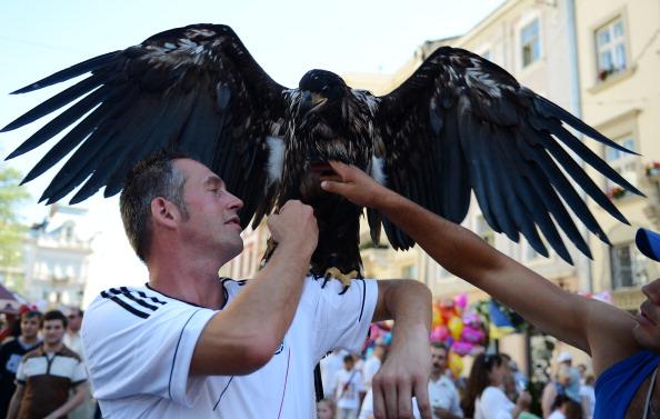 Немецкий фан с орлом на плече 17 июня 2012 во Львове. Фото: PATRIK STOLLARZ/AFP/Getty Images
