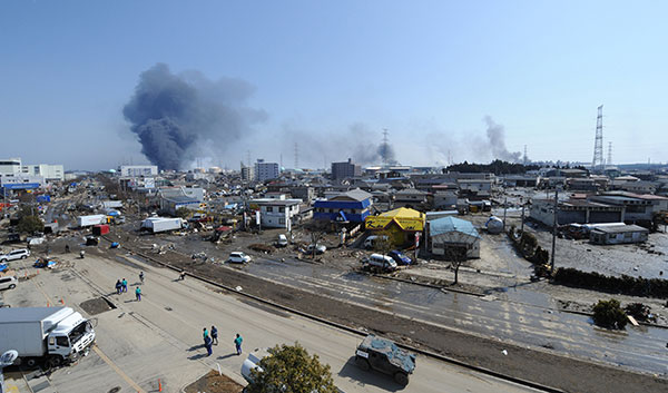 Дым над городом Tagajo в префектуре Мияги 13 марта 2011 г.. (KAZUHIRO NOGI/AFP/Getty Images)