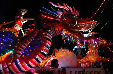 Праздничное шествие по случаю самого большого религиозного праздника -  Дня  рождения Будды.  Сеул, 20 мая 2007г.  Фото: Chung Sung-Jun/Getty Images