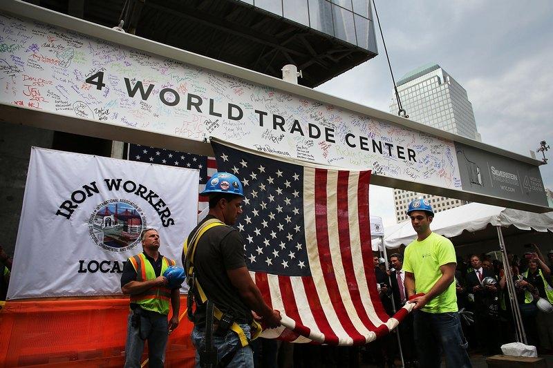 Нью-Йорк, США, 25 июня. Стальная балка с подписями всех создателей здания-мемориала в память теракта 11 сентября готовится к установке. Фото: Spencer Platt/Getty Images