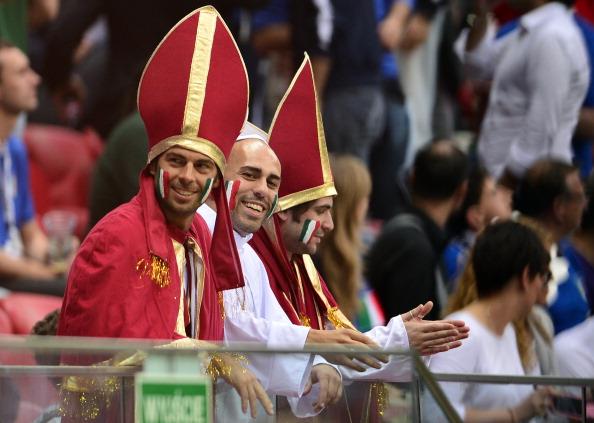 Болельщики сборной Италии в костюмах епископов на матче Германии против Италии 28 июня в Варшаве. Фото: GIUSEPPE CACACE/AFP/Getty Images