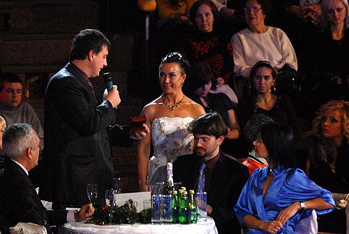 Стеллі дарують ювелирну прикрасу. Фото: Володимир Бородін/Велика Епоха