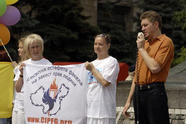 Станіслав Клих, радник соціал-демократичної Асамблеї слов'ян, у своїй промові на мітингу порівняв Олімпіаду в Пекіні з Олімпіадою в Німеччині в 36-му році. «Це груба, яскраво виражена етнічна комуністична диктатура, яка ставить собі за мету повне витіснен