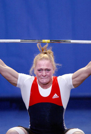 Страсбург, ФРАНЦІЯ: Oxana Slivenko з Росії під час змагань у ваговій категорії 69 кг на чемпіонаті Європи з важкої атлетики. Фото: OLIVIER MORIN/AFP/Getty Images