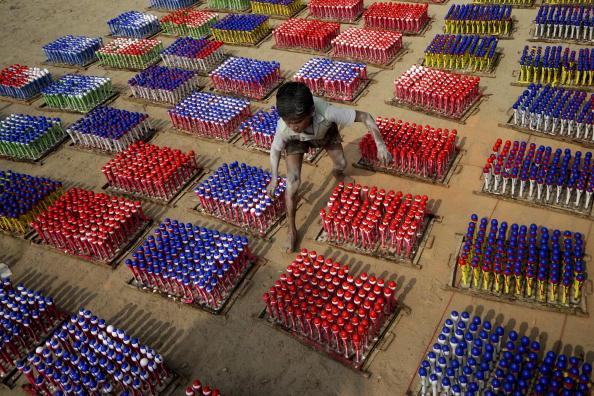Дитина працює на фабриці повітряних куль у місті Дакка. У 1995-1996 році Бюро статистики встановило, що близько 6,6 млн. дітей працюють в Бангладеш. Фото: MUNIR UZ ZAMAN / AFP / Getty Images