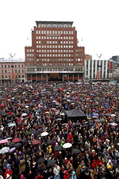 У здания суда в Осло 40 тысяч человек спели песню, которую не любит Брейвик. Фото: Lien, Kyrre/AFP/GettyImages