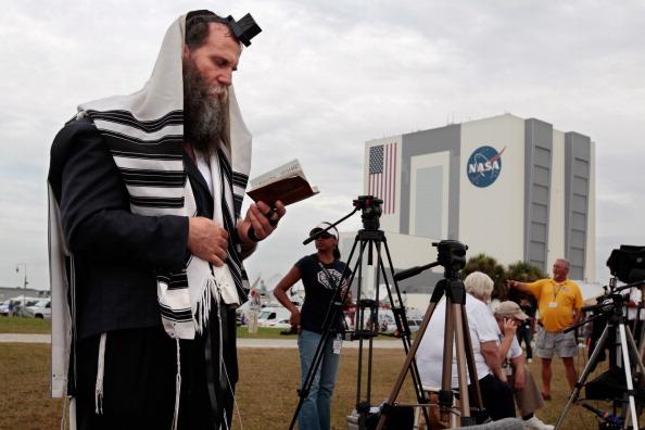 Раввин Зви Коников молится за успех полета шаттла. Фото: Chip Somodevilla/Getty Images