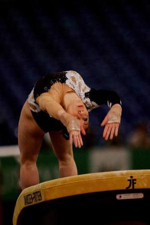 Амстердам, НІДЕРЛАНДИ: Carlotta Giovannini з Італії виступає під час чемпіонату Європи із спортивної гімнастики. Фото ARIS MESSINIS/AFP/Getty Images