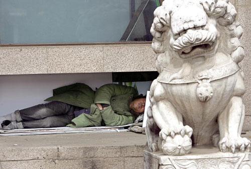24 березня, 2007 р. Людина спить на пекінській вулиці. Фото: Тень Енкунь/AFP/Getty Images