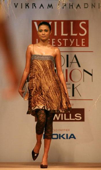 Одяг від дизайнера Vikram Phadnis на Тижні моди Wills India Fashion Week, що проходив в індійському Нью-Делі. Фото: TAUSEEF MUSTAFA/AFP