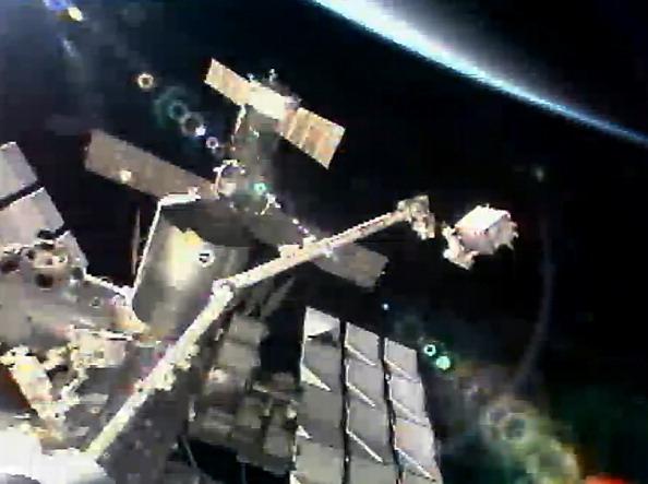 Астронавт Рональд Гаран переміщує несправний насос системи охолодження до вантажного відсіку шаттла «Атлантіс». Фото: NASA via Getty Images