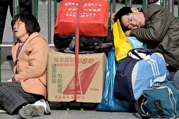 Втомливий шлях додому під час «новорічної міграції». Шанхай. 29 січня 2010 р. Фото: PHILIPPE LOPEZ / AFP / Getty Images