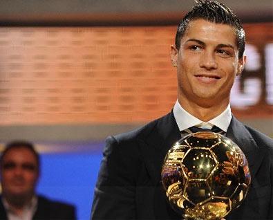 Кріштіану Роналду був удостоєний звання кращого гравця року 2008 року, прийнявши нагороду у вигляді золотого м'яча. Фото: spurtup.com