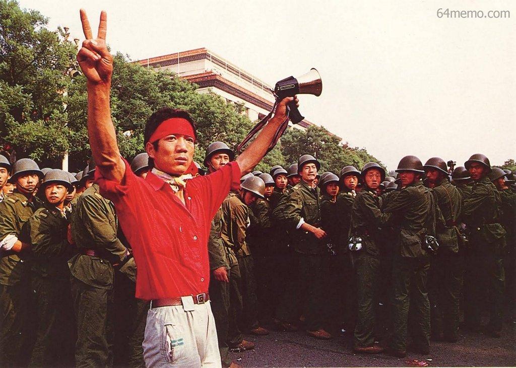 3 червня 1989 р. Студент перед солдатами виражає свій твердий намір продовжувати акцію і надію на перемогу. Фото: 64memo.com